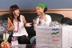 Diversión de la fiesta de cumpleaños de las chicas jóvenes Imagen de archivo libre de regalías