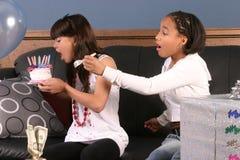 Diversión de la fiesta de cumpleaños de las chicas jóvenes Fotografía de archivo libre de regalías