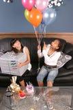 Diversión de la fiesta de cumpleaños de las chicas jóvenes Foto de archivo libre de regalías