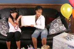 Diversión de la fiesta de cumpleaños de las chicas jóvenes Foto de archivo