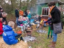 Diversión de la gente en el mercado de la Navidad, Holanda Foto de archivo libre de regalías