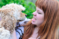 Diversión de la muchacha y de su animal doméstico Imagen de archivo libre de regalías