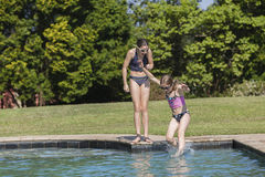 Diversión de la piscina de la nadada de las muchachas Foto de archivo libre de regalías