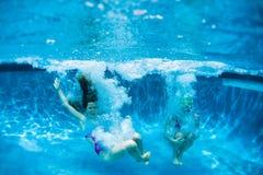 Diversión de la piscina de las muchachas de los adolescentes Foto de archivo libre de regalías