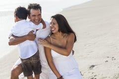 Diversión de la playa de la familia de Parents Boy Child del padre de la madre Foto de archivo libre de regalías