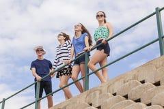 Diversión de la playa de los adolescentes Imágenes de archivo libres de regalías