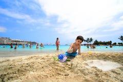 Diversión de la playa del castillo de la arena de la familia Foto de archivo