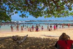 Diversión de la playa en el parque de la playa de Lydgate, Kauai, Hawaii, Estados Unidos imagenes de archivo