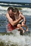 Diversión de la playa - padre e hijo Imagenes de archivo