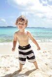 Diversión de la playa y del océano del verano del niño Fotos de archivo libres de regalías