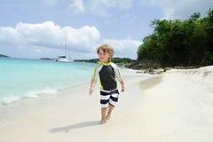 Diversión de la playa y del océano del verano del niño Imagenes de archivo