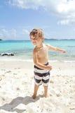 Diversión de la playa y del océano del verano del niño Foto de archivo libre de regalías