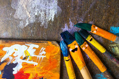 Diversión de la sonrisa de los cepillos y feliz coloreada Foto de archivo