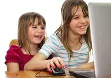 Diversión de las hermanas con la computadora portátil Fotografía de archivo