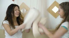 Diversión de las muchachas del bff de la lucha de almohada del disfrute de la amistad almacen de metraje de vídeo