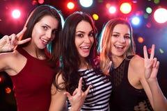 Diversión de las muchachas que presenta en un partido fotos de archivo libres de regalías