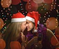 Diversión de los pares del amor de la Navidad Fotos de archivo