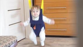 Diversión de salto y risa del bebé feliz almacen de video