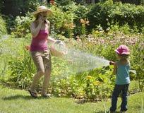 Diversión del agua de la sorpresa en el jardín Foto de archivo libre de regalías