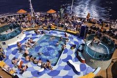 Diversión del barco de cruceros - tina caliente de la piscina que toma el sol Imagen de archivo libre de regalías