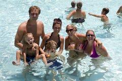 Diversión del día de fiesta de la fiesta en la piscina del centro turístico Fotografía de archivo
