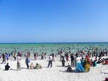 Diversión del día de fiesta en la playa del Océano Índico Mombasa Imagen de archivo libre de regalías
