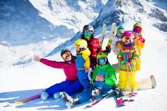 Diversión del esquí y de la nieve Familia en montañas del invierno Imagenes de archivo