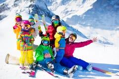 Diversión del esquí y de la nieve Familia en montañas del invierno Imágenes de archivo libres de regalías