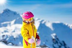 Diversión del esquí y de la nieve Esquí de los cabritos Deporte de invierno del niño imagen de archivo libre de regalías