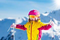 Diversión del esquí y de la nieve Esquí de los cabritos Deporte de invierno del niño imágenes de archivo libres de regalías