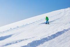 Diversión del esquí y de la nieve para los niños en montañas del invierno Fotos de archivo