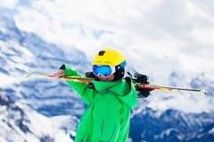 Diversión del esquí y de la nieve para los niños en montañas del invierno Fotografía de archivo libre de regalías