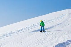 Diversión del esquí y de la nieve para los niños en montañas del invierno Imagen de archivo