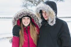 Diversión del havinf de dos adolescentes en el campo de nieve Fotos de archivo