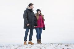 Diversión del havinf de dos adolescentes en el campo de nieve Fotografía de archivo libre de regalías