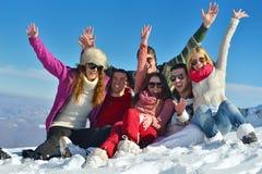 Diversión del invierno con el grupo de la gente joven Foto de archivo libre de regalías
