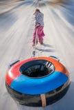 Diversión del invierno con un tubo inflable Imagenes de archivo