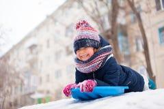 Diversión del invierno de la nieve con el niño foto de archivo