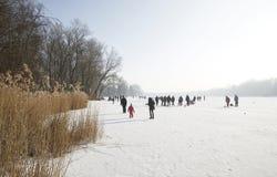 Diversión del invierno del hielo en un lago congelado, Fotos de archivo libres de regalías