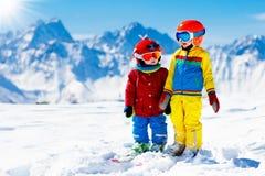 Diversión del invierno del esquí y de la nieve para los niños Esquí de los niños imagen de archivo libre de regalías