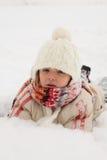 Diversión del invierno - muchacha que miente en nieve Imágenes de archivo libres de regalías
