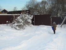 Diversión del invierno Paisaje nevoso ruso con la pequeñas colina y muchacha Foto de archivo