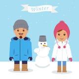 Diversión del invierno Pares y muñeco de nieve jovenes Imagen de archivo