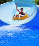 Diversión del parque del Aqua - mujer que disfruta de una diapositiva de agua Fotos de archivo