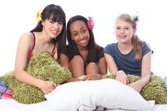 Diversión del partido del pijama para los adolescentes en cama en el país Imágenes de archivo libres de regalías