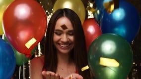 Diversión del partido Mujer feliz en la celebración con los globos y el confeti almacen de video