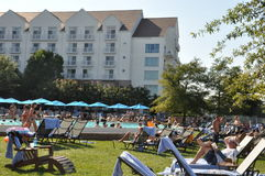 Diversión del Poolside en el centro turístico de la bahía de Chesapeake de Hyatt Regency en Cambridge, Maryland Fotografía de archivo