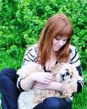 Diversión del resorte de la muchacha y de su perro Foto de archivo libre de regalías