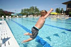 Diversión del salto en la piscina Imagen de archivo