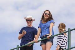Diversión del verano de las muchachas del muchacho Foto de archivo libre de regalías